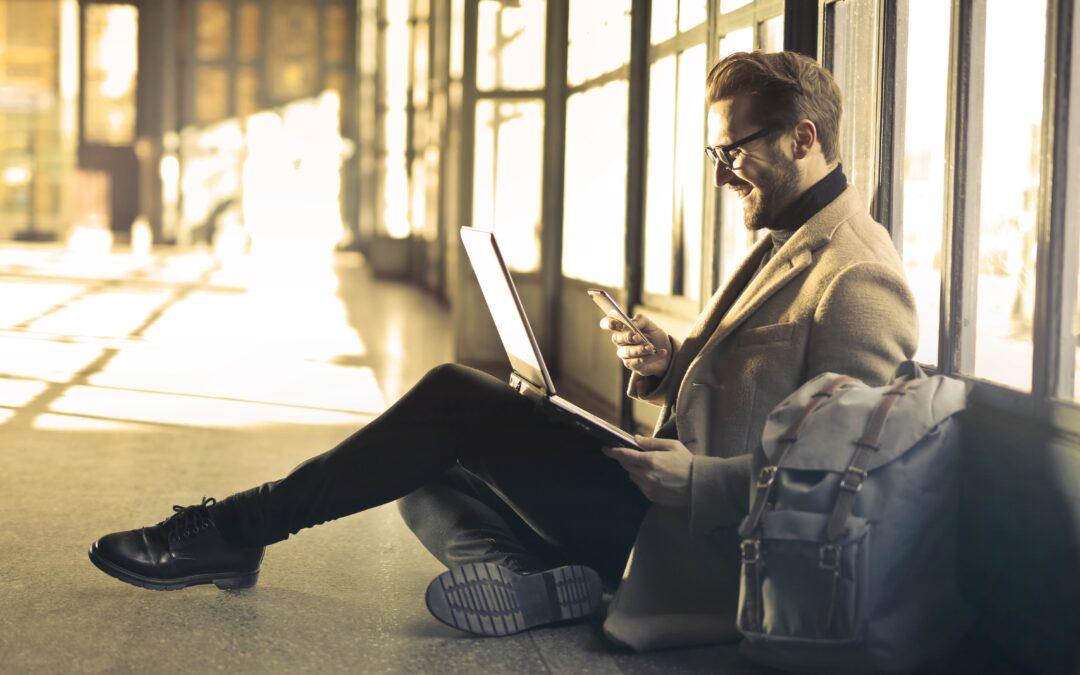 Geschäftsmann auf Reisen mit digitaler Unterstützung